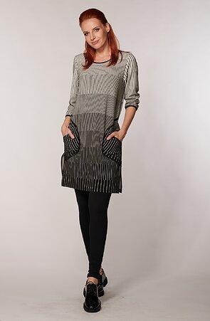Volnější proužkované černobílé dámské šaty s kapsami 7001