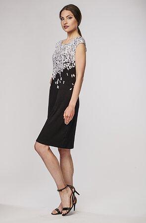 Přiléhavé černé dámské šaty s bílými písmeny 7043