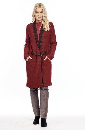 Delší tmavě červený dámský kabátek se sponou 7623